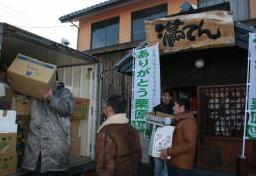 気仙沼市向けの支援物資をトラックに積み込む飲食店員ら=栗原市築館