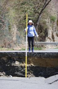 11日の余震で生じた断層のずれ。東側と西側では1メートル以上ずれている=いわき市田人町(宮城教授提供)