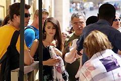 ノースリーブを係員(右奥背中)にとがめられて入場を拒否され、泣きそうな顔の女性(左奥)とその脇の渋い表情の同行男性